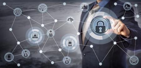 Blue Chip Executive Verriegelung Laptop und Handy in einem drahtlosen Kommunikationsnetz. Konzept für Internet der Dinge Sicherheit, Smart Device Management, Remote Access Control und Mobilität als Service.