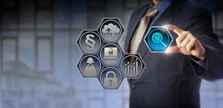 gobierno corporativo: Blue chip de gobierno de la empresa oficial ajustar un icono de lupa virtual entre el pulgar y el dedo índice. Concepto de negocio para cumplimiento normativo, regulaciones gubernamentales, transparencia corporativa. Foto de archivo