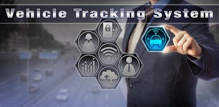 Blue chip-manager die een auto lokaliseert via een virtuele gebruikersinterface van het voertuigvolgsysteem. Service-industrieconcept voor wagenparkbeheer, asset-tracking, gestolen voertuigherstel en bewaking. Stockfoto