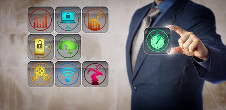 El gerente de fabricación de blue chips está conectando un cronómetro a una interfaz de control operacional. Concepto para la recopilación de datos en tiempo real, el tiempo de actividad de la máquina, la utilización de la capacidad y la eficacia del equipo. Foto de archivo