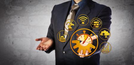 Blue chip manager biedt real-time interoperabiliteitsoplossing. Concept voor cyberfysieke systemen, 4e industriële revolutie, flexibel productiesysteem, IoT en computergeïntegreerde productie.