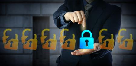 Blue chip cyber security manager selecteert het enige gesloten virtuele hangslot in een rij van anders opengeslagen slotpictogrammen. Informatietechnologieconcept voor gegevensbescherming en naleving. Stockfoto