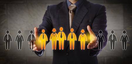Responsabile del reclutamento del chip blu che seleziona un gruppo di cinque impiegati in una fila delle icone del lavoratore. Concetto di business per team building, segmentazione della clientela e successione di gestione. Ampia composizione Archivio Fotografico - 81630962