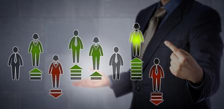El gerente de Recursos Humanos de Blue Chip está apuntando al empleado de mejor rendimiento en una tabla de evaluación virtual que evalúa a ocho empleados de cuello blanco. Concepto de negocio para el control electrónico del rendimiento.