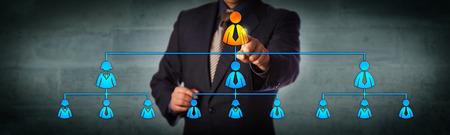 Der Vorsitzende der Blue Chips wählt die oberste Führungskraft in einem hierarchischen Organigramm aus. Geschäftskonzept für Multi-Level-Marketing-Netzwerk, Personalbeschaffung, Führung und Unternehmenshierarchie.