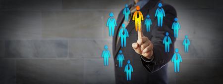 파란 칩 비즈니스 남자 남성 및 여성 작업자 군중의 한 남성을 선택합니다. 비즈니스 파트너십, HRM, 올바른 고객 찾기, 리더십, 프로모션, 채용 및 CRM을