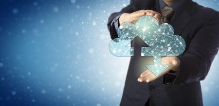 Administrador de servicios empresariales irreconocible que presenta una nube virtual que contiene una red de nodos interconectados. Concepto de TI para la computación en la nube, la red informática, la web profunda y el ciberespacio infinito.