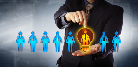 Gestionnaire méconnaissable désignant le candidat idéal d'une gamme de quatre travailleurs masculins et quatre travailleurs féminins. Concept d'entreprise pour l'acquisition de talents, le coaching, la promotion et l'évaluation des performances.