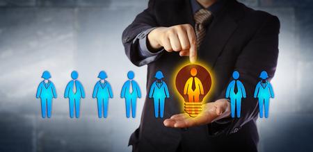 Nicht erkennbarer Manager, der den idealen Kandidaten aus einer Aufstellung von vier männlichen und vier weiblichen Arbeitnehmern ernennt. Business-Konzept für Talent-Akquise, Coaching, Promotion und Leistungsbewertung.