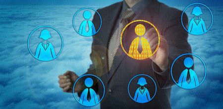 Niepoznawalny menedżer ds. Rekrutacji znajdujący odpowiedniego pracownika w cyberprzestrzeni. Koncepcja HR dla pozyskiwania talentów, wywiadu cyfrowego, podejmowania decyzji przez bazę danych oraz sztucznej inteligencji w technologii rekrutacji. Zdjęcie Seryjne