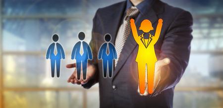 Unerkennbarer Arbeitgeber, der einen gewinnenden weiblichen Angestellten über einer Gruppe von drei männlichen Kandidaten verteidigt. Human Resources Metapher für Karriereerfolg, Gender Gap, Chancengleichheit und Talentgewinnung.