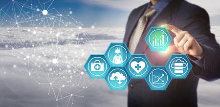 Gerenciador de banco de dados irreconhecível recuperando dados médicos em uma rede eletrônica. Conceito de negócios para a gestão da tecnologia de informação de saúde e melhoria da eficiência do serviço de saúde.