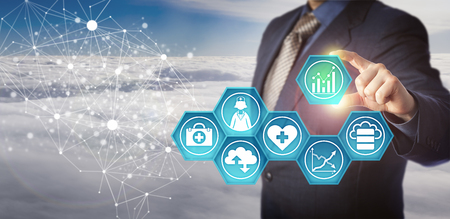 Nicht erkennbarer Datenbankmanager, der medizinische Daten in einem elektronischen Netzwerk abruft. Geschäftskonzept für das Management von Gesundheitsinformationstechnologie und die Verbesserung der Effizienz von Gesundheitsdienstleistungen