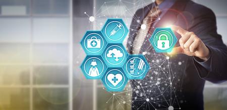 Gesichtsloser Geschäftsmann, der virtuelles Vorhängeschloß in Gesundheitswesen IT-Schnittstelle einsteckt. Technologiekonzept für Gesundheitsdatenaustausch und Gesundheitsinformationsmanagement über computergestützte Systeme und Netzwerke.
