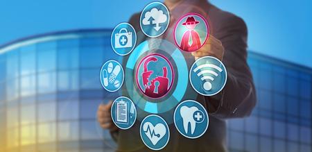 Responsabile della sicurezza informatica maschile irriconoscibile che ha individuato un attacco di hacker sui dati sanitari. Concetto di informatica e assistenza sanitaria per una violazione della riservatezza tramite minacce informatiche che compromette le informazioni sui pazienti. Archivio Fotografico - 89498863