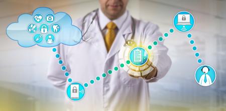Unerkennbarer Arzt, der auf elektronische Krankenakte zugreift und an männlichen Patienten anschließt. Healthcare IT-Konzept für den Austausch von Gesundheitsinformationen, Fernbehandlung von chronischen Pflege und Telemedizin.