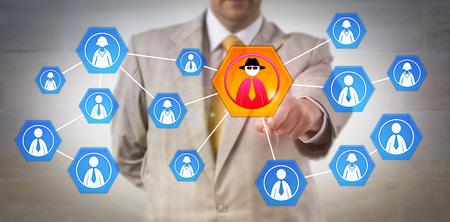 Gerente de segurança cibernética irreconhecível identificando o ataque interno em uma rede corporativa. Conceito de tecnologia da informação para a ameaça interna, segurança cibernética, espionagem corporativa e perfis criminais.