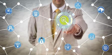 Onherkenbaar beveiligingsbeheer raakt een virtueel onderzoekstool aan. Cybersecurity-concept voor penetratietest, proactieve cyberverdediging, fraudepreventie, reactie op incidenten en onderzoek.