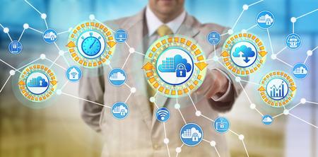 Onherkenbare serviceprovider activeert cloudcontainers om te reageren op de vraag op een bepaald tijdstip. IT-concept voor microservices, containerisatie, service-architectuur, schaalbaarheid, orkestratiesysteem. Stockfoto