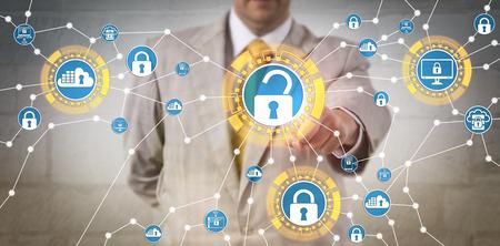 Administrateur de gouvernance d'entreprise masculin méconnaissable s'efforçant de respecter les règles de sécurité des données à travers un réseau informatique. Concept de gouvernance informatique, de contrôle de conformité et de transparence opérationnelle. Banque d'images - 93154565