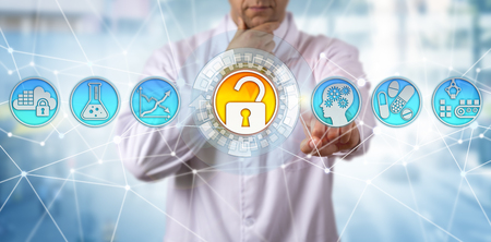 Scienziato irriconoscibile e ponderato nell'industria farmaceutica sta salvaguardando la qualità della droga attraverso la tecnologia. Concetto per buone pratiche di fabbricazione, conformità alle normative GMP e rischio di integrità dei dati. Archivio Fotografico - 95361942