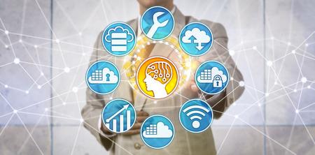 El administrador de datos irreconocible respalda la innovación de IA con la adopción acelerada de la nube. Concepto de TI para big-data-as-a-service, inteligencia artificial, computación en la nube y arquitectura empresarial. Foto de archivo