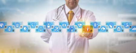 Cardiologo irriconoscibile che accede alla cartella clinica di un paziente maschio in una blockchain sanitaria. Concetto di gestione dei dati sanitari per i registri di dati distribuiti sulla rete di computer P2P.