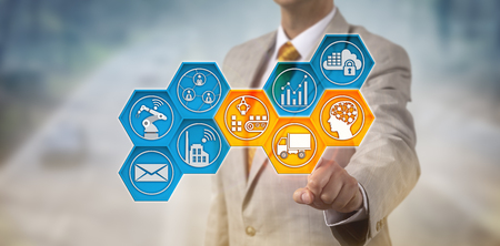I dirigenti aziendali irriconoscibili monitorano la catena di approvvigionamento tramite touch screen. Operazioni aziendali e concetto IT per rete di distribuzione, trasporto merci, movimentazione materiali, consegna e intelligenza artificiale. Archivio Fotografico