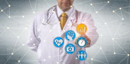Medico irriconoscibile che attiva l'analisi predittiva in rete. Concetto IT sanitario per apprendimento profondo, reportistica in tempo reale, analisi dei dati dei pazienti, miglioramento della salute della popolazione, sistema EHR.