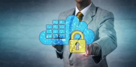 Administrateur de réseau masculin méconnaissable verrouillant une application de conteneur cloud. Concept de technologie de l'information pour la sécurité des données, l'assurance, la conformité réglementaire, le système d'exploitation virtualisé.