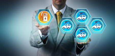 Dirigente automobilistico maschile che evidenzia lo squilibrio tra il numero crescente di veicoli elettrici e la rispettiva infrastruttura di ricarica. Concetto di settore per le sfide della flottazione di veicoli elettrici.