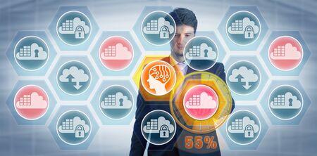 Jeune manager masculin concentré utilisant une application d'IA pour détecter et évaluer les vulnérabilités du réseau dans une infrastructure informatique hybride basée sur le cloud. Concept pour la sécurité du cloud, l'évolutivité, l'accessibilité sécurisée.
