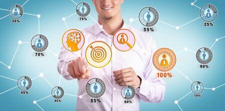 Lächelnder junger Marketingmanager, der den idealen Kunden über die KI-Schnittstelle identifiziert. Geschäftskonzept für CRM, Targeting, Prospektion, Lead-Identifikation, künstliche Intelligenz, Marktsegmentierung. Standard-Bild