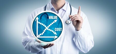 Representante clínico joven que aconseja considerar el costo frente al valor de la medicina. Concepto de atención médica para el análisis de la rentabilidad económica, reducción de los costos médicos y mejora del acceso.