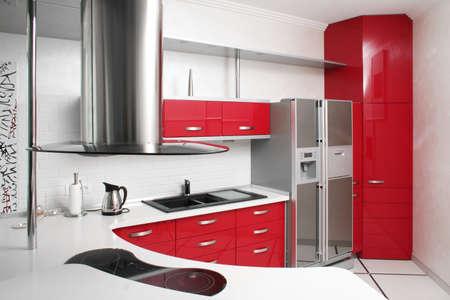 金属と内部の赤いキッチン