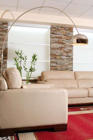 展示室内で白革家具の詳細