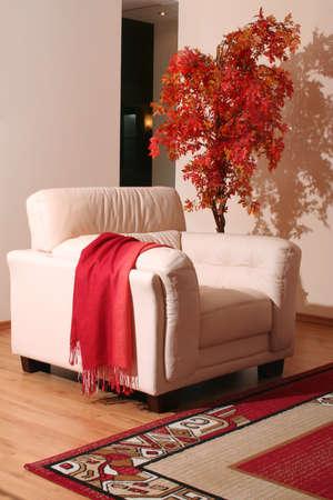 展示室内でクリーム色の革家具の詳細 写真素材