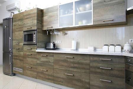 Moderne grijs groen hout keuken in interieur Stockfoto - 715000