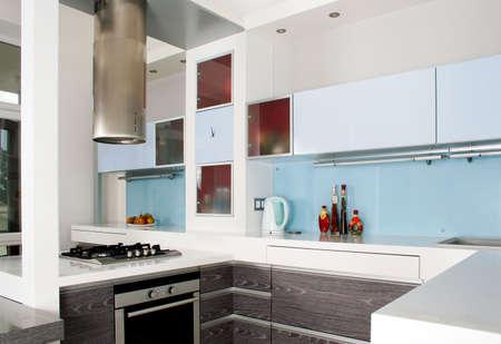 Moderne wit en hout keuken itnerior opname studio met licht Stockfoto