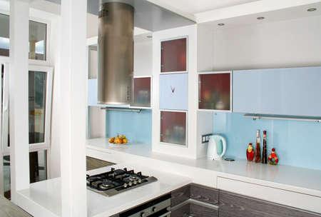 Moderne wit en hout keuken itnerior geschoten met studio licht