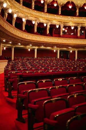 Klassiek theaterbinnenland met rode zetel en aantal