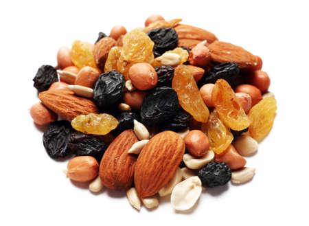 frutas secas: Mezcla de frutas secas y nueces n fondo blanco Foto de archivo