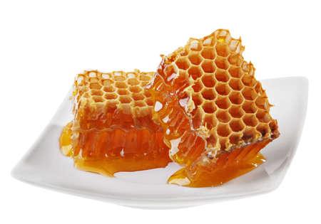 Gele honingraat wax cel detail slice op witte plaat