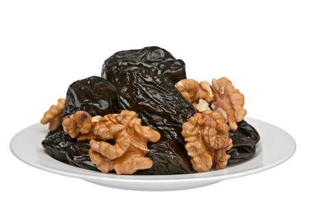 ciruela pasa: Frutas de ciruelas secas y nogal en placa