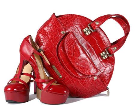 白の上にバッグを持つ女性の赤い靴