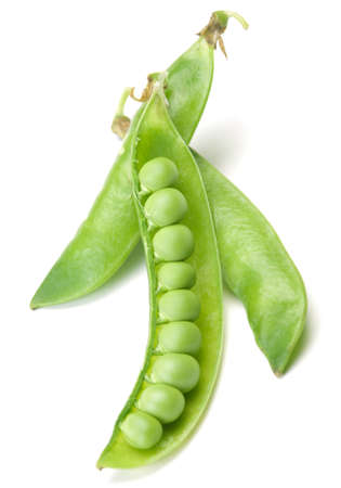 Verse groene erwten plantaardige closeup geïsoleerd op wit