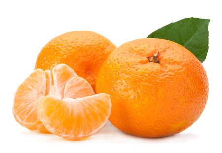 Open mandarijn fruit op wit wordt geïsoleerd
