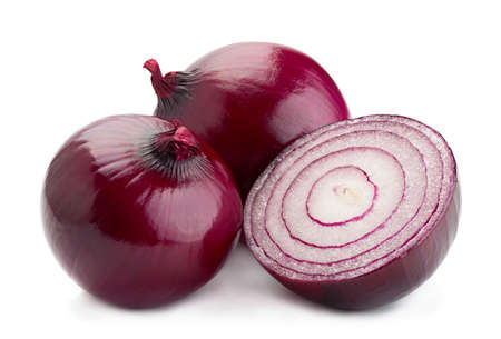 Púrpura vegetal la cebolla aislados sobre fondo blanco