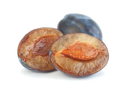 白で分離された青い梅の果実のクローズアップ