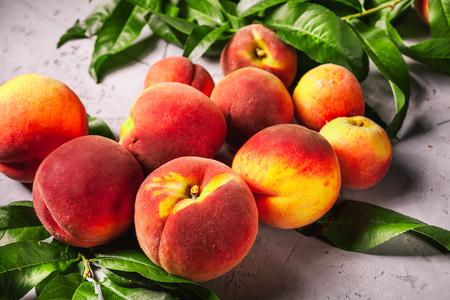たくさんの白いテーブルに新鮮な桃